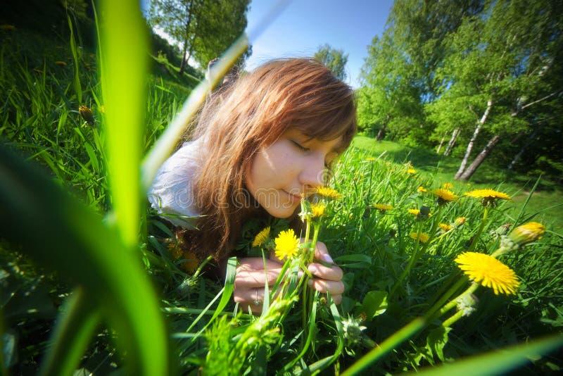 Jeune femme se trouvant sur l'herbe photo libre de droits