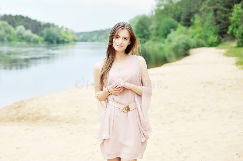 Jeune femme sensible dans la robe blanche photo libre de droits