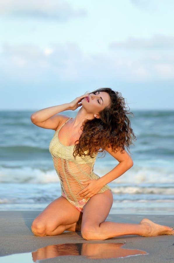 Jeune femme sensuelle images stock