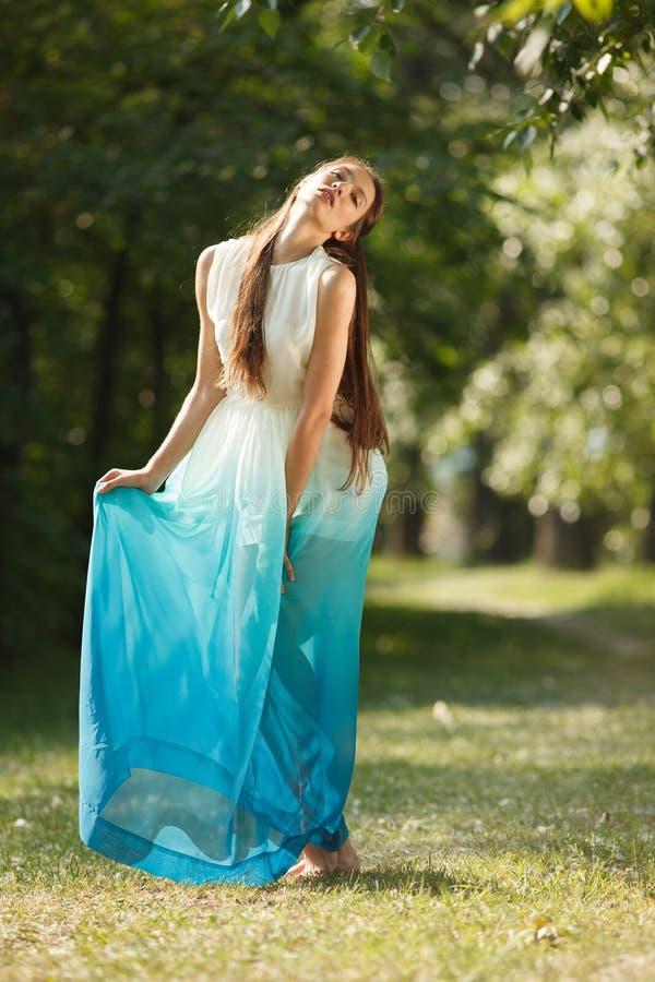 Jeune femme sensuelle photo stock