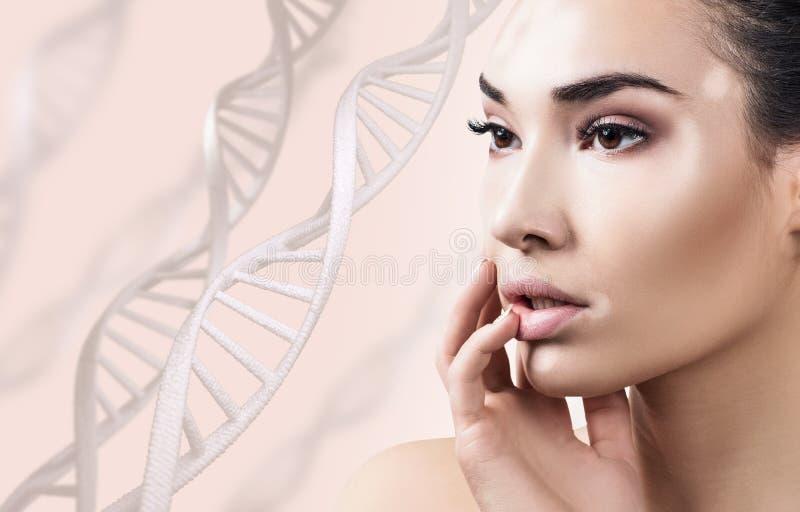 Jeune femme sensuelle avec le vitiligo dans des chaînes d'ADN photo libre de droits
