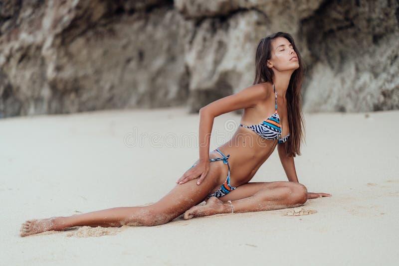 Jeune femme sensuelle dans des repos de bikini de couleur des vacances ? la plage sablonneuse images stock