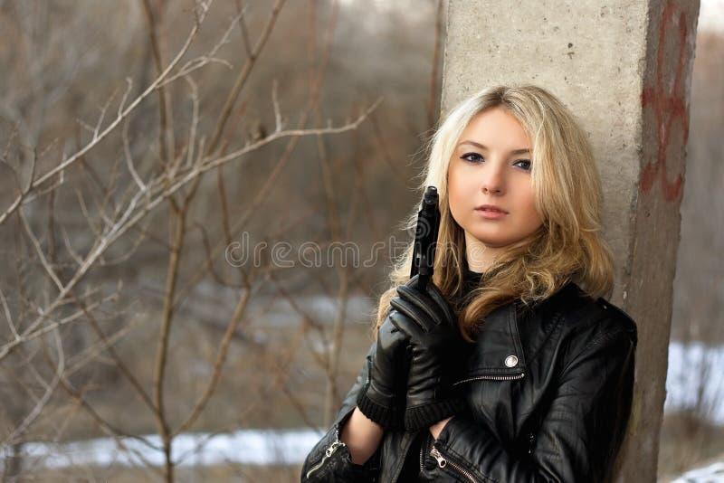 Jeune femme sensuelle tenant une arme image libre de droits