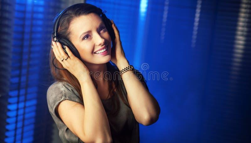 Jeune femme sexy écoutant la musique photos libres de droits