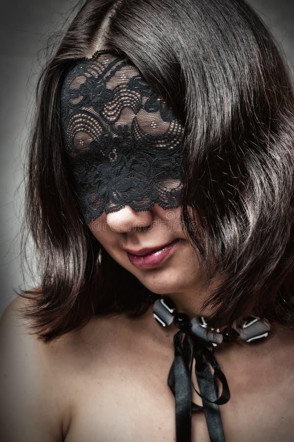 Jeune femme sexy avec le masque de lacet image libre de droits