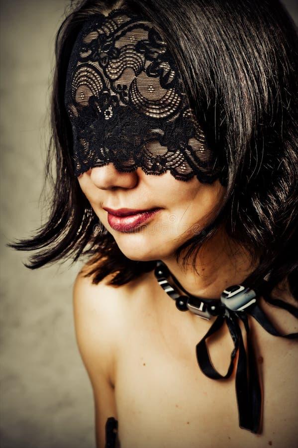 Jeune femme sexy avec le masque de lacet photo libre de droits