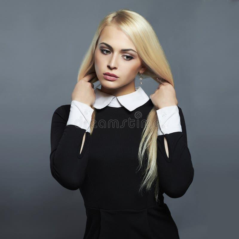 Jeune femme sexy Belle fille dans la robe d'écolière photographie stock libre de droits
