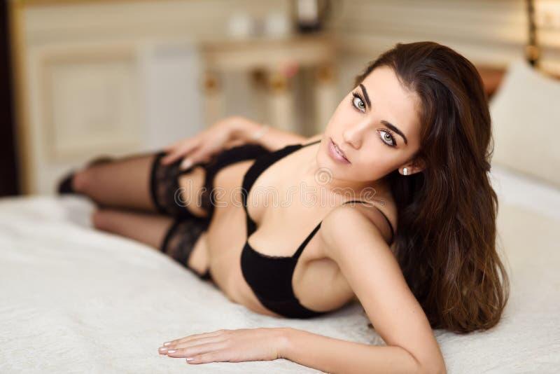 jeune femme sexy dans la lingerie posant sur le lit image stock image du caucasien bedroom. Black Bedroom Furniture Sets. Home Design Ideas