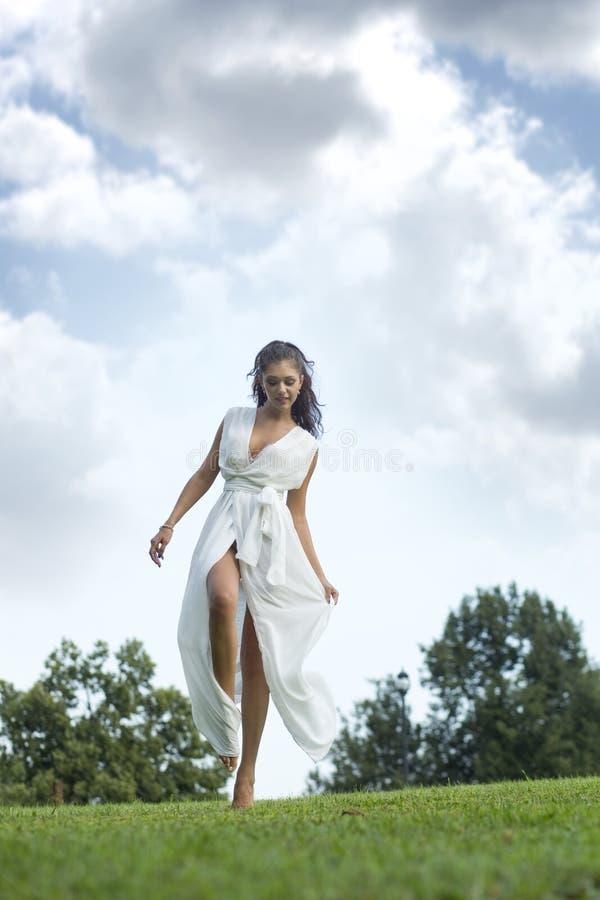 Jeune femme sexy dans la longue robe blanche photo libre de droits