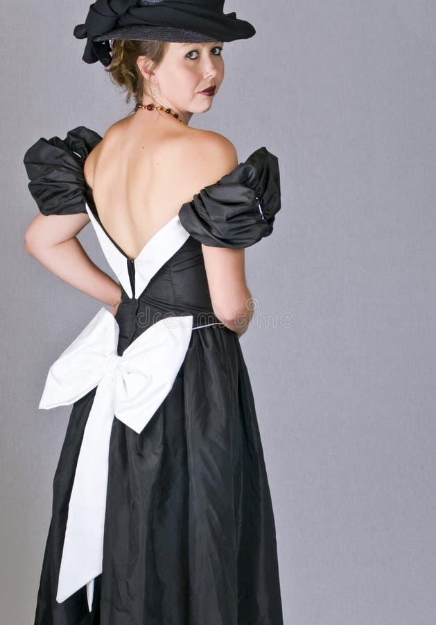 Jeune femme sexy dans la robe noire photo stock