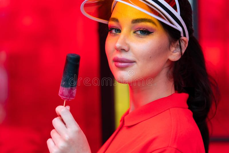 Jeune femme sexy de brune mangeant la crème glacée au jour chaud ensoleillé femme provocatrice séduisante photographie stock libre de droits