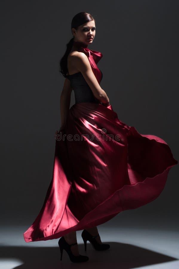 Jeune femme sexy de danse dans la robe rouge photos stock