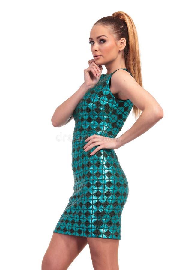 Jeune femme sexy de mode dans une robe bleue mince photographie stock libre de droits
