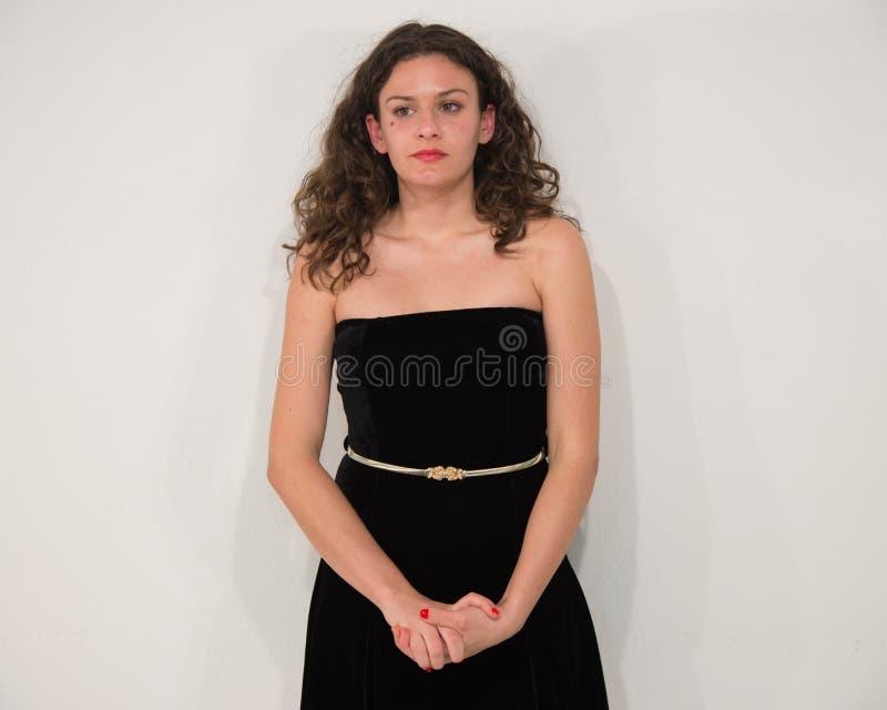 Jeune femme sexy et belle dans la robe, d'isolement sur le backg blanc images libres de droits