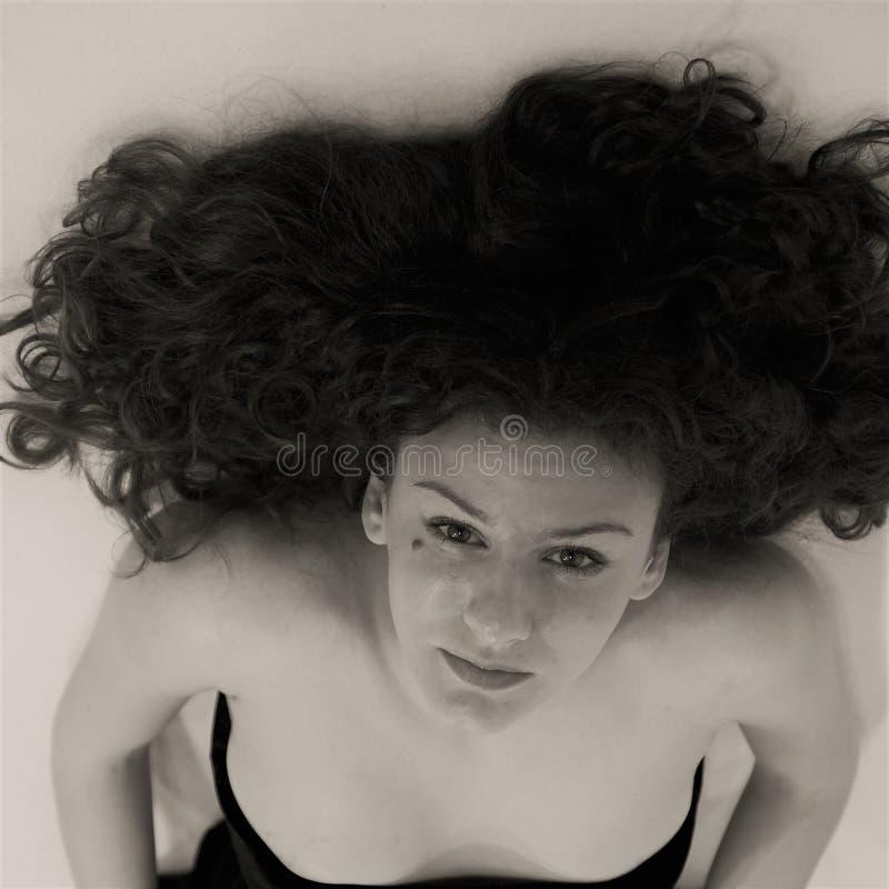 Jeune femme sexy et belle, photo particulière des cheveux et visage en noir et blanc images stock
