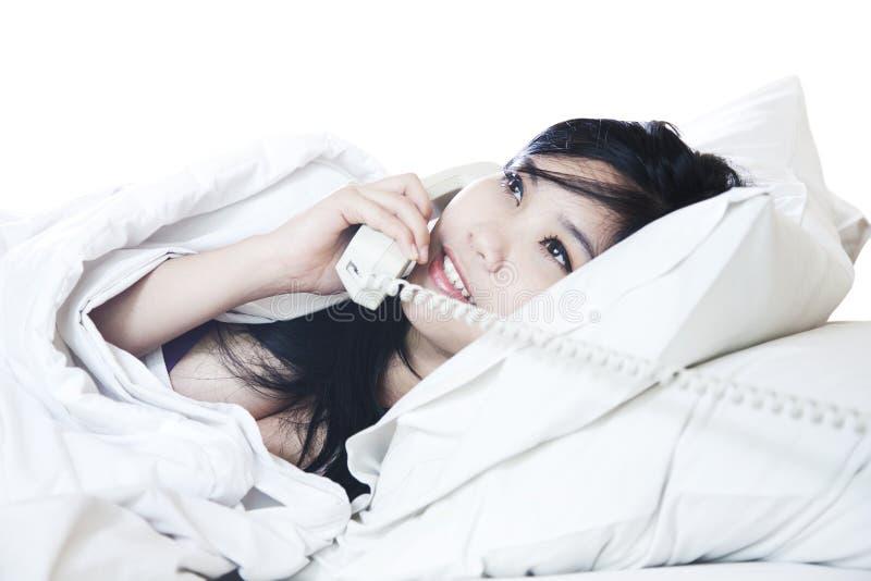 Jeune femme sexy parlant au téléphone photos libres de droits