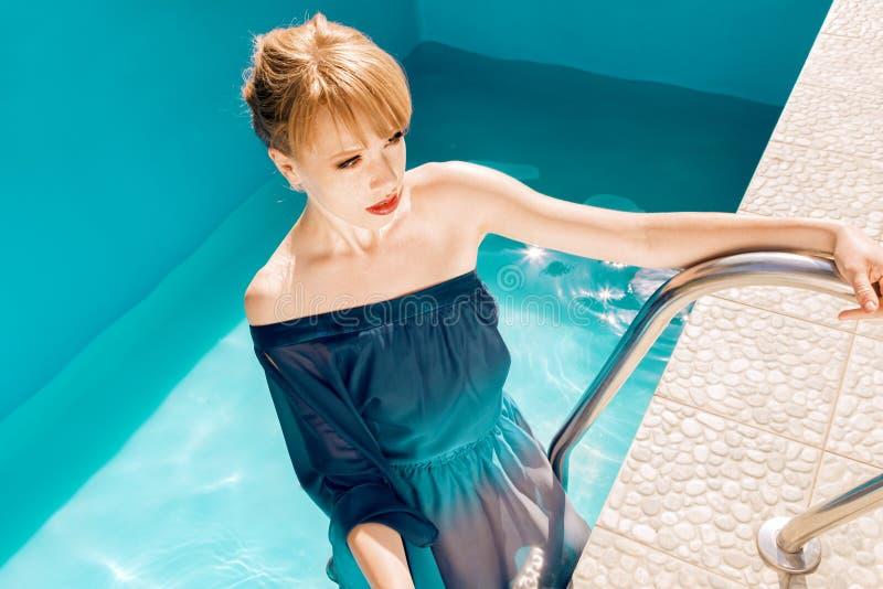 Jeune femme sexy posant dans l'eau photos libres de droits