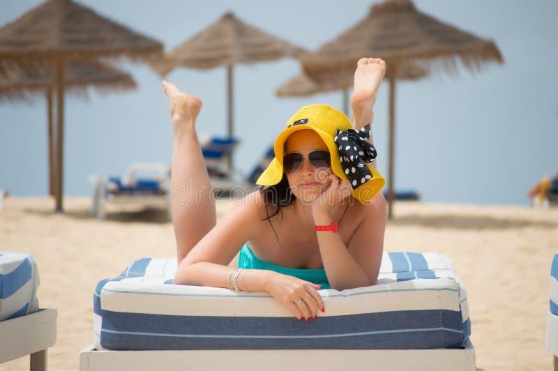 Jeune femme sexy se trouvant sur une chaise de plate-forme à la plage le Cap Vert Santa Maria photos libres de droits