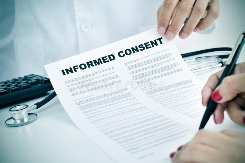 Jeune femme signant un consentement éclairé photo libre de droits