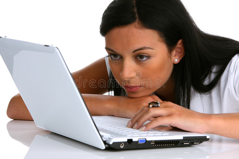 Jeune femme songeur avec un ordinateur portable photographie stock