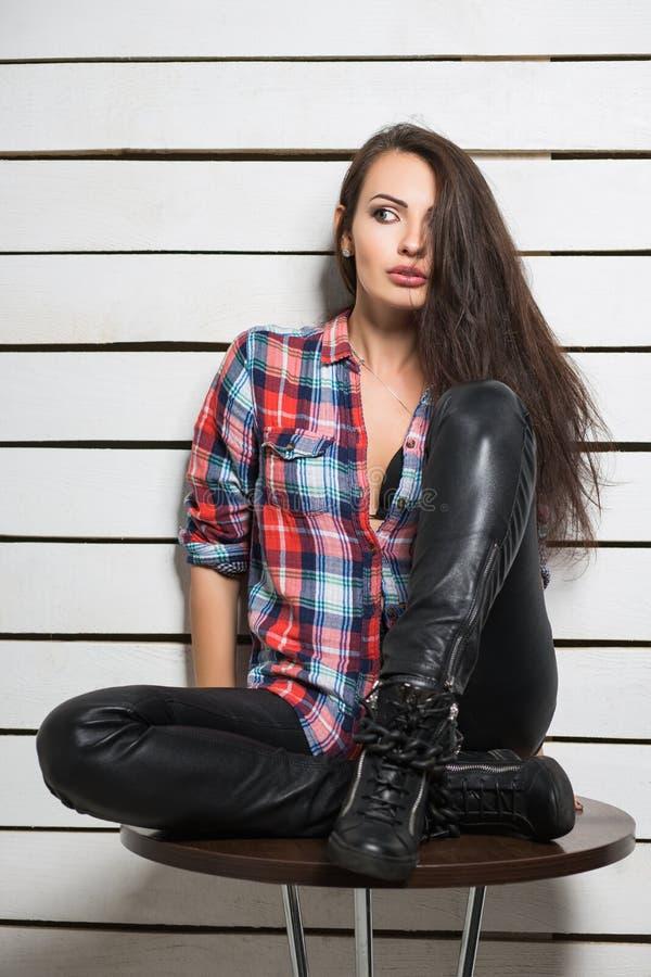 Jeune femme songeuse photos stock