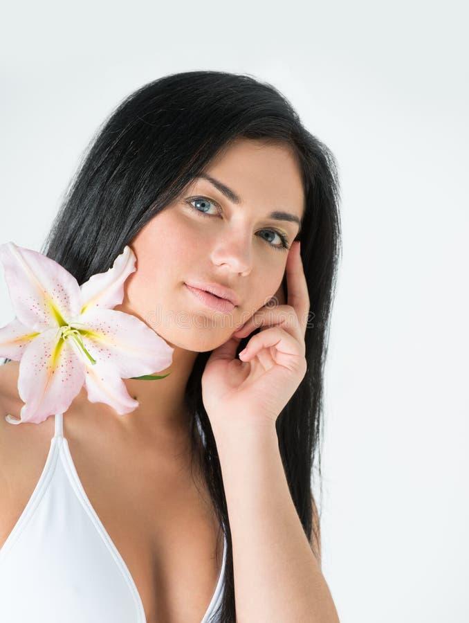 Jeune femme songeuse avec la fleur photos libres de droits