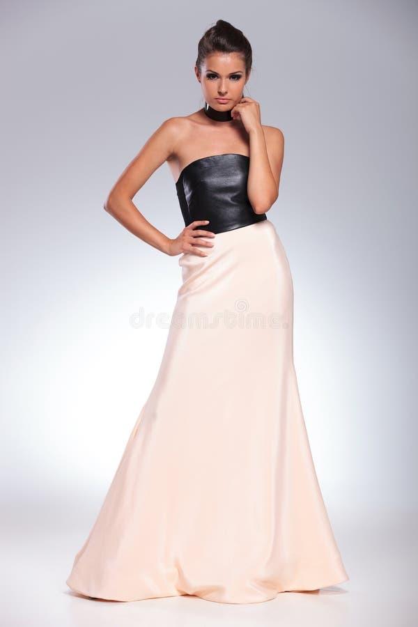 Jeune femme songeuse de mode dans une belle robe images stock