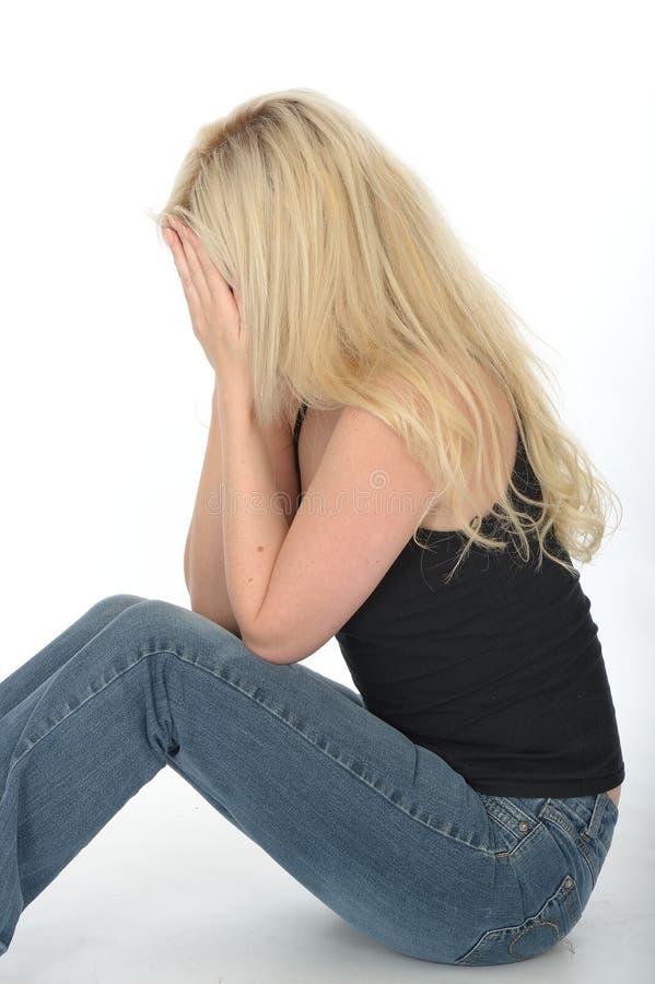 Jeune femme soucieuse déprimée bouleversée s'asseyant sur pleurer de plancher photos libres de droits
