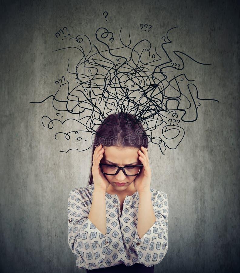 Jeune femme soucieuse dans la dépression image libre de droits