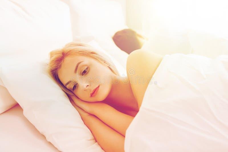 Jeune femme souffrant de l'insomnie images libres de droits