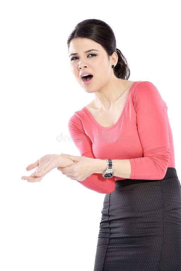 Jeune femme souffrant de la douleur de poignet photos libres de droits
