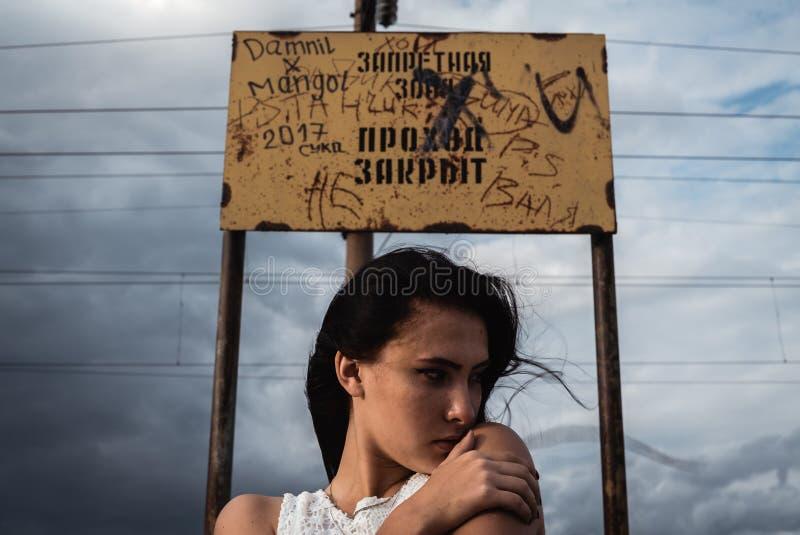 Jeune femme soumise à une contrainte réfléchie avec un désordre dans sa tête photos libres de droits