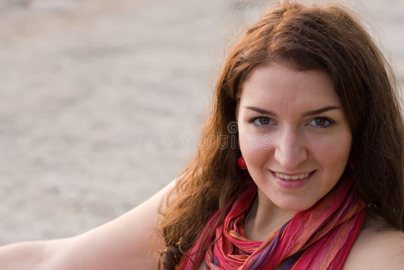 Jeune femme souriant dans l'appareil-photo image stock