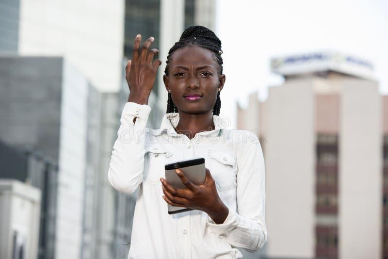 Jeune femme souriante tenant un smartphone images libres de droits