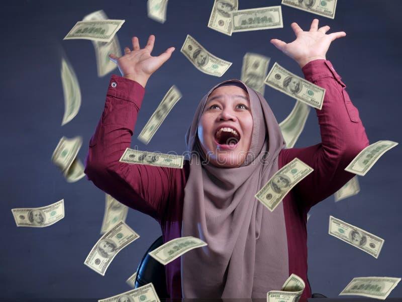 Jeune femme sous la pluie de l'argent images libres de droits