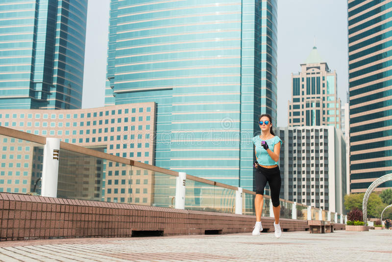 Jeune femme sportive attirante courant sur le trottoir photos libres de droits