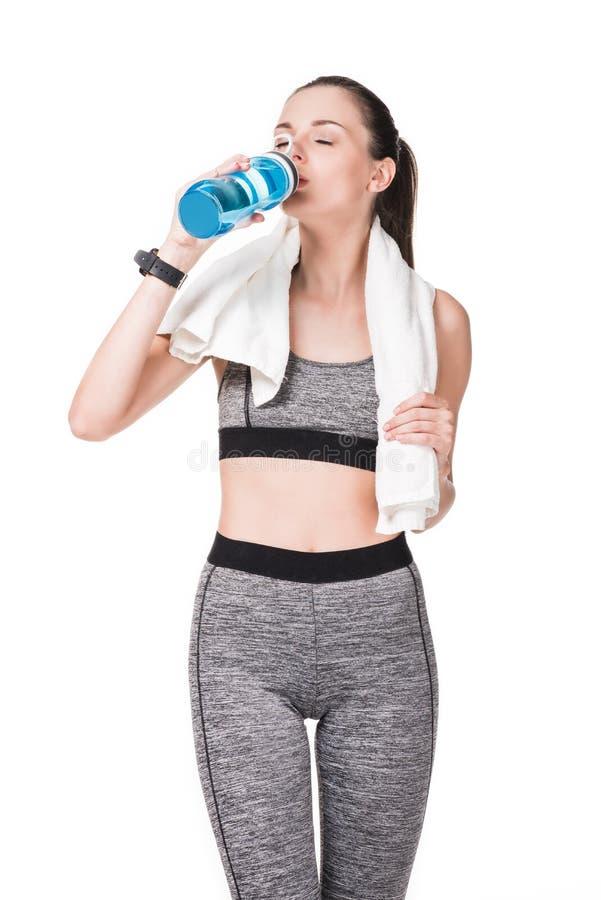 jeune femme sportive avec de l'eau potable de serviette de la bouteille de sports photographie stock libre de droits