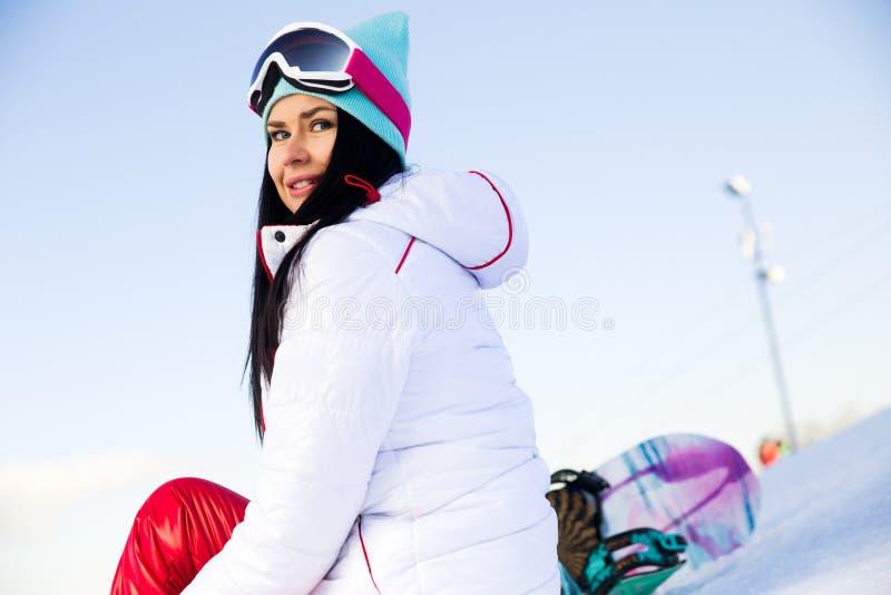 Jeune femme sportive avec le surf des neiges image libre de droits