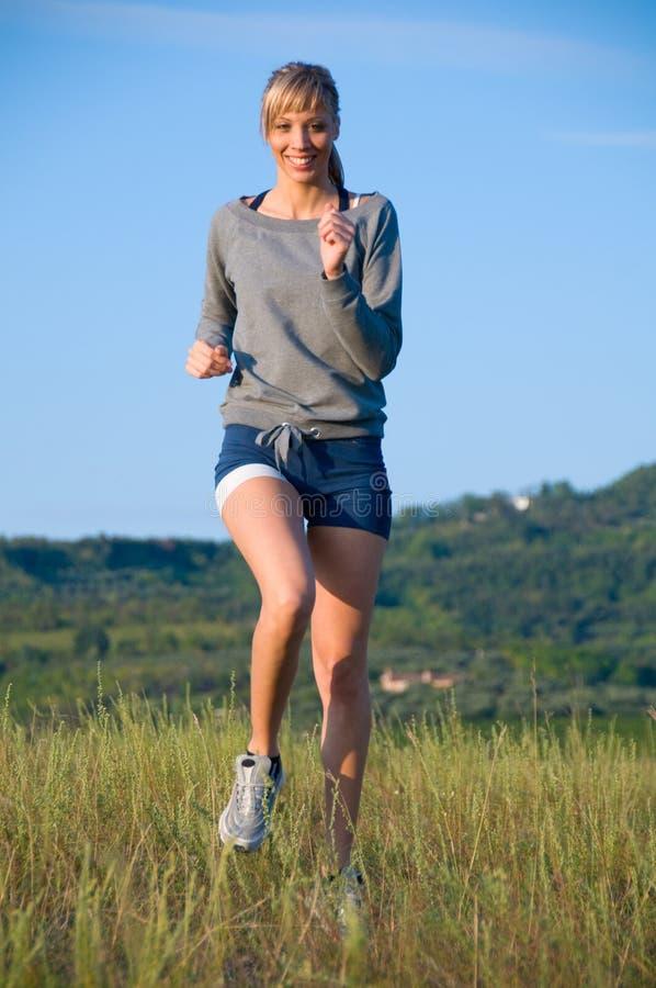 Jeune femme sportive courant image stock