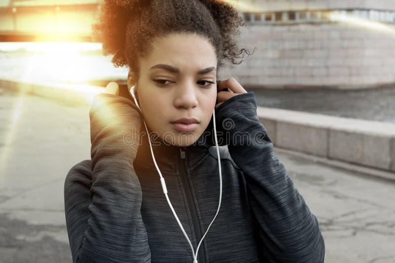 Jeune femme sportive d'Afro-américain dans le milieu urbain images libres de droits
