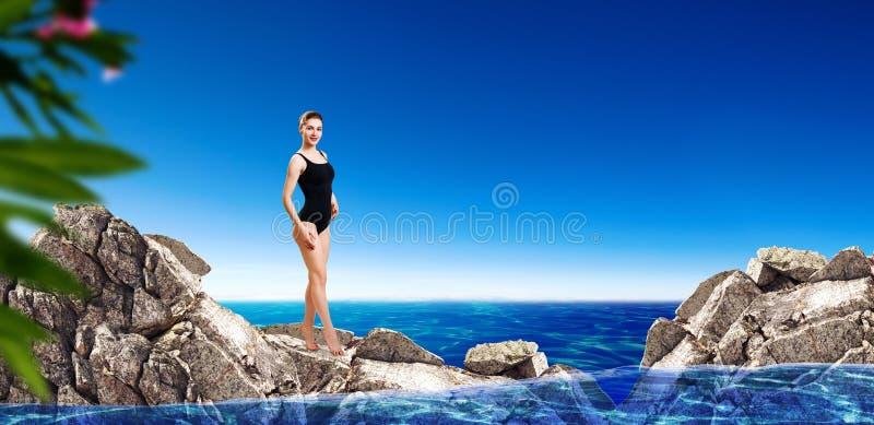 Jeune femme sportive dans des vêtements de bain noirs prêts à sauter dans l'eau photos libres de droits