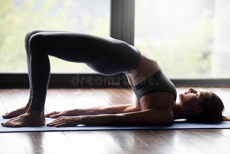 Jeune femme sportive faisant l'exercice de pithasana de pada de dvi image stock