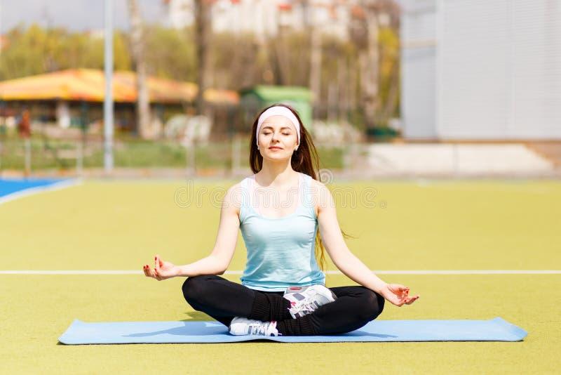 Jeune femme sportive faisant la pose de détente de yoga photos libres de droits