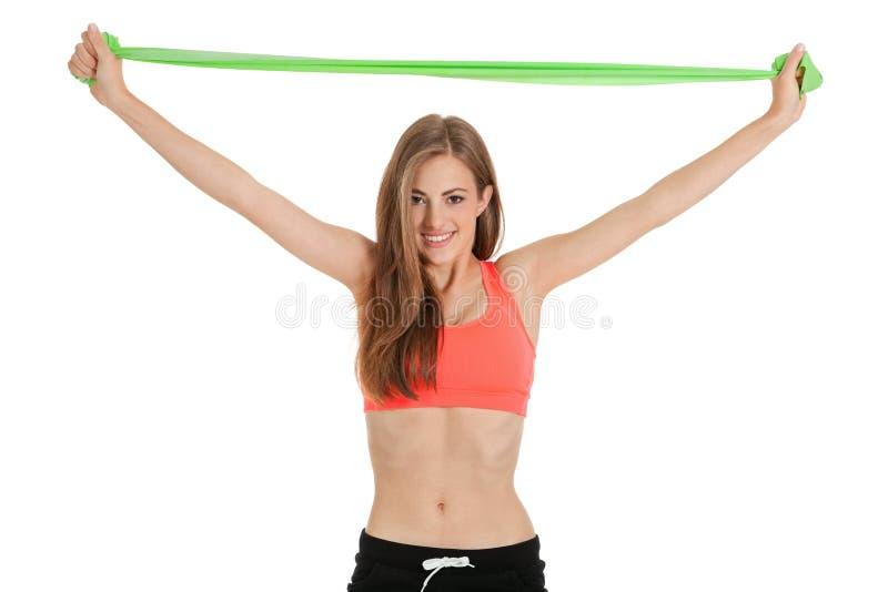 Jeune femme sportive faisant la séance d'entraînement avec la physio- bande de latex de bande photo stock