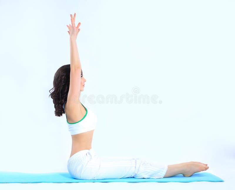 Jeune femme sportive faisant ?tirant l'exercice Sport et sant? photographie stock libre de droits
