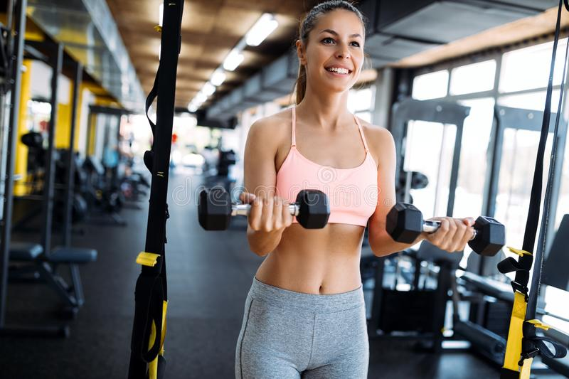 Jeune femme sportive faisant une séance d'entraînement de forme physique avec des haltères image stock