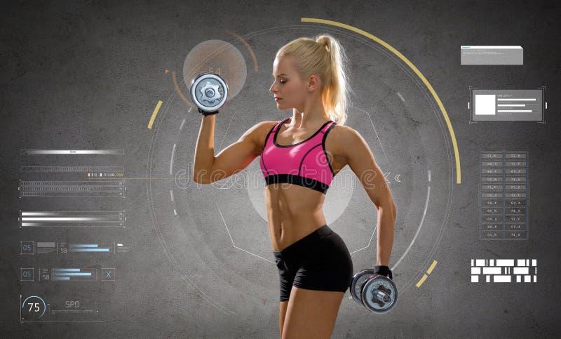 Jeune femme sportive heureuse s'exerçant avec des haltères image libre de droits