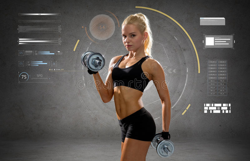 Jeune femme sportive heureuse s'exerçant avec des haltères photos stock