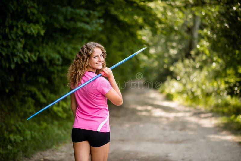 Download Jeune Femme Sportive Portant Un Javelot Photo stock - Image du workout, sport: 87709806