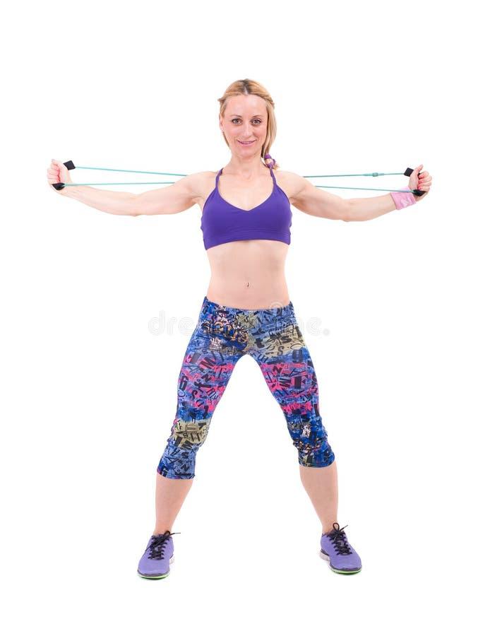 Jeune femme sportive s'exerçant avec une corde de résistance photographie stock libre de droits